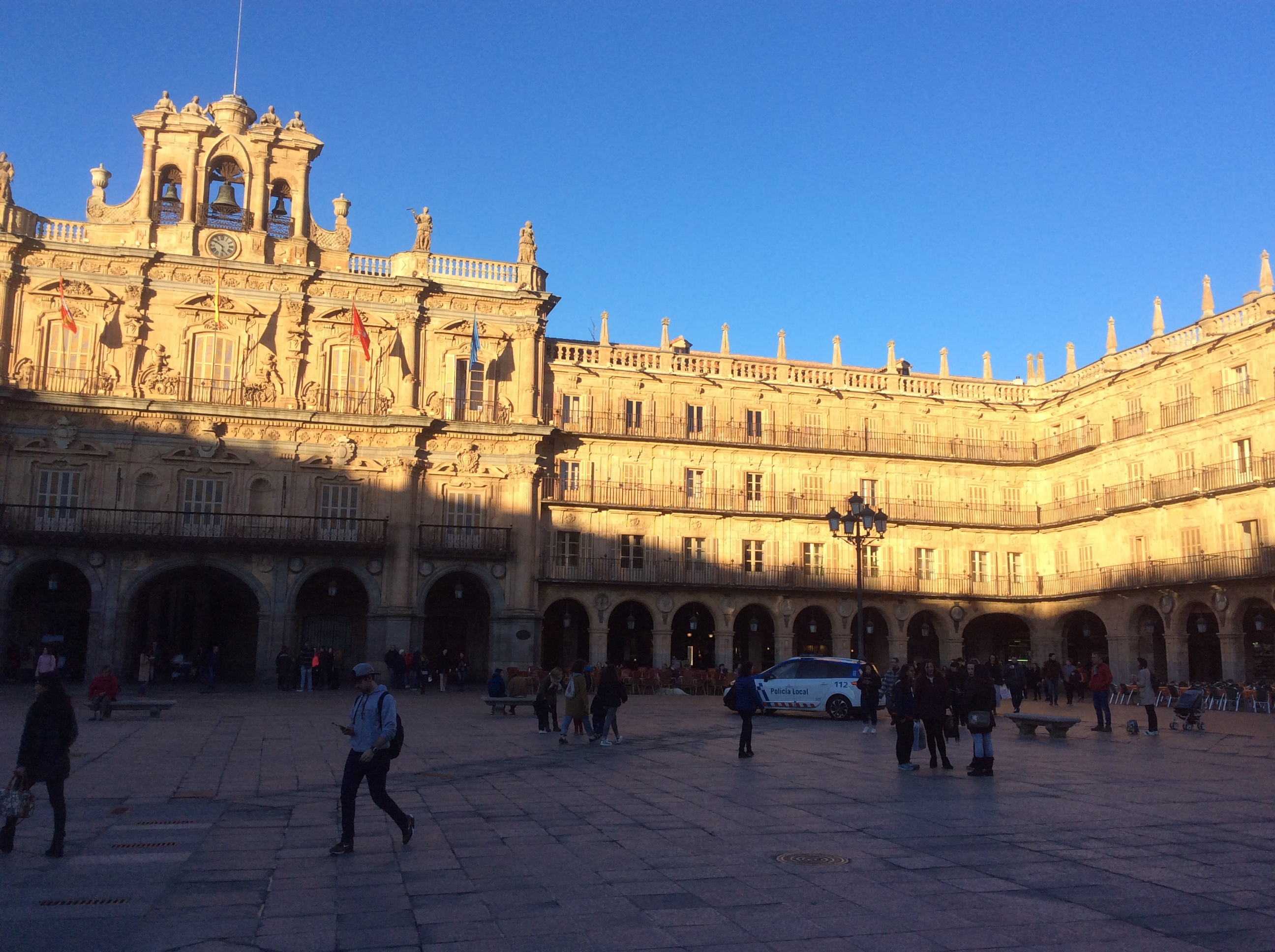 スペイン国内でも一番美しいと言われるサラマンカ・マヨール広場の朝の出勤時の光景