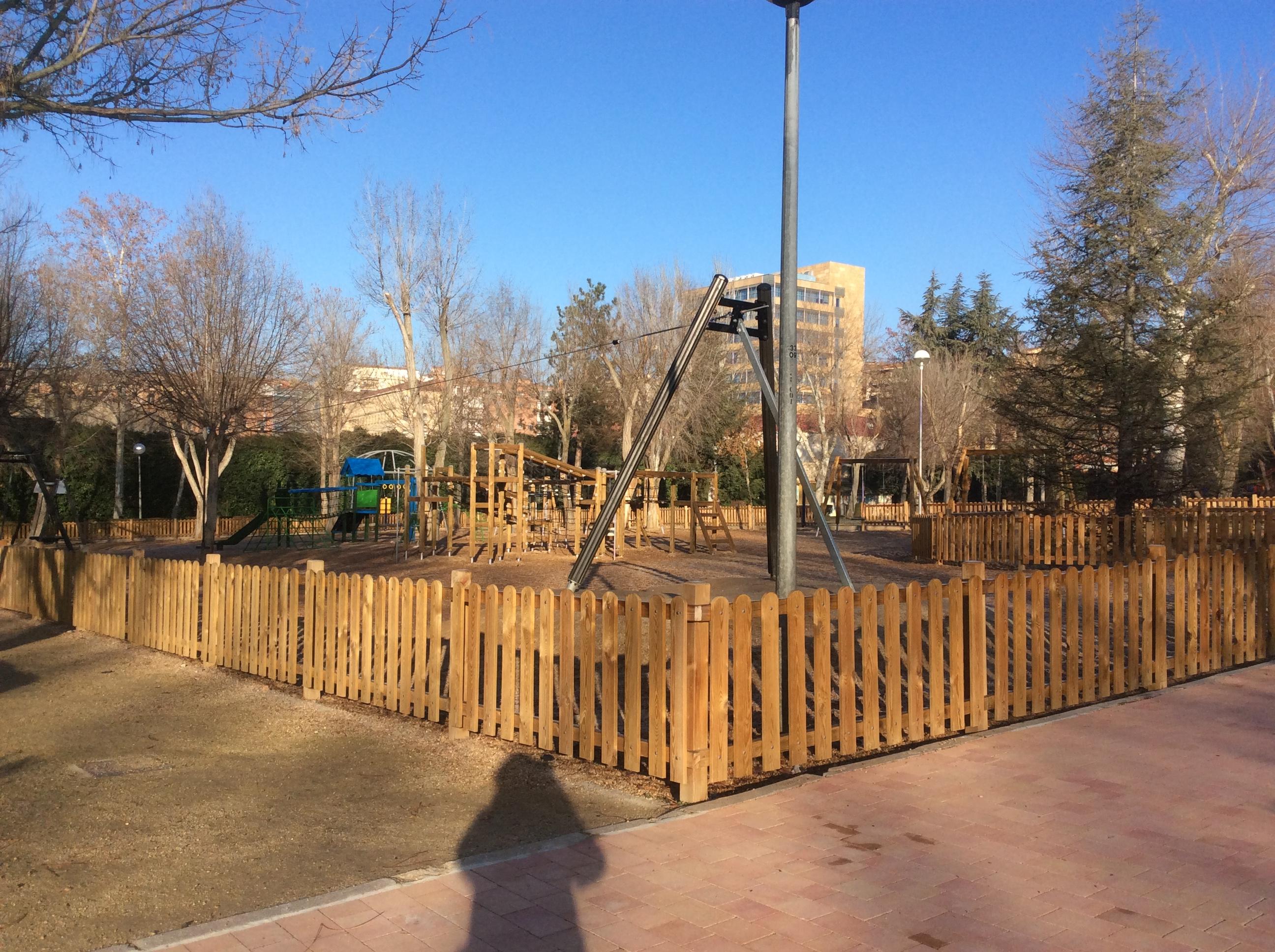 10年ほど前に整備された公園。遊具が近代的で、霜の降りた早い時間でしたが、高齢者が集まって運動していました。